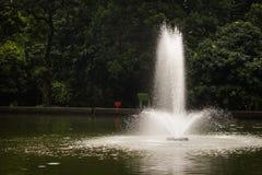 Das Wasser gesprengt mitten in dem See Lizenzfreie Stockbilder
