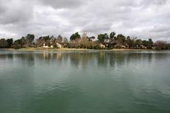 Das Wasser, zum der Häuser zu sehen Stockbild
