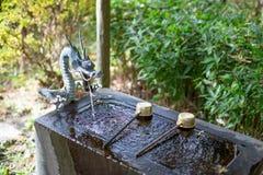 Das Wasseraufbereitungs-Becken temizuya stockbild