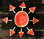 das Wassermelonenscheibeneis am stiel auf einem rustikalen hölzernen Hintergrund exemplar Lizenzfreies Stockbild