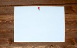 Das weiße Blatt auf einem hölzernen Hintergrund Lizenzfreie Stockfotos