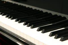 Das weiße Elfenbein und die schwarzen Tasten eines Klaviers Lizenzfreies Stockfoto