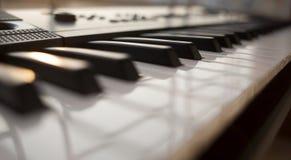 Das weiße Elfenbein und die schwarzen Tasten eines Klaviers lizenzfreie stockfotografie