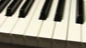 Das weiße Elfenbein und die schwarzen Tasten eines Klaviers stock video