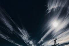 Das weiße Feuer auf dem schwarzen Himmel Lizenzfreie Stockfotografie