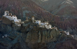 Das weiße Gebäude des alten buddhistischen tibetanischen Klosters von Basgo Gonpa gehört zu Rotwein und braunen Klippen des Hochg Stockfotografie