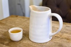 Das weiße Glas des Tees stockbilder