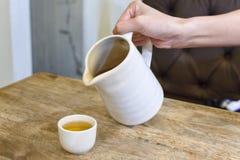 Das weiße Glas und der Tee stockbilder