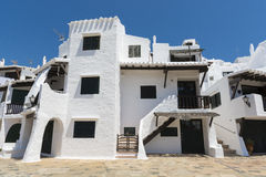 Das Weiße Haus am Fischerdorf, Menorca, Spanien Stockfotografie