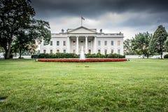 Das Weiße Haus mit bewölkten Himmeln Stockfoto