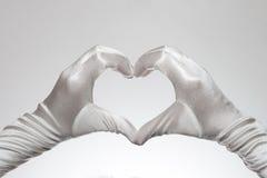 Das weiße Herz der eleganten Frauen formte die Handschuhe, die auf weißem Hintergrund lokalisiert wurden Lizenzfreie Stockfotografie