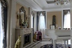 Das weiße Klavier im empfindlichen Wohnzimmer lizenzfreie stockfotos
