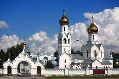 Das weiße orthodoxe Kloster nahe Nowosibirsk Lizenzfreies Stockfoto