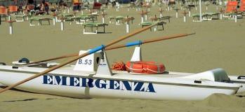 Das weiße Rettungsboot an der Küste Stockfotografie