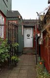 Das weiße Weihnachten verzierte Tür im alten Haus Stockfotografie