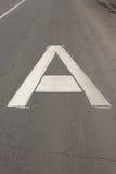 """Das weiße Zeichen auf dem Straße """"Bus lane† in Form eines großen Großbuchstaben A Stockfotografie"""