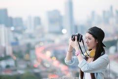 Das weibliche Fotograf-Smiling Vintage Camera-Konzept Lizenzfreies Stockbild