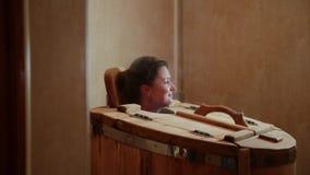 Das weibliche Haupthaften aus der Zeder heraus rast an einem Badekurortsalon Blondine führen Dampfverfahren für die Wiederaufnahm stock video footage