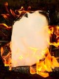 Das Weinlesepapier auf Feuer Stockfotografie