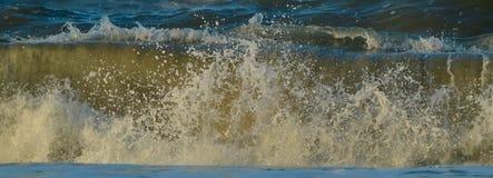 Das Wellen-Zusammenstoßen Stockbilder