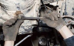 Das Werkzeug in den Händen Getriebereparatur Lizenzfreie Stockfotos