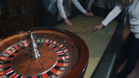 Das Wetten bricht - die Kasino-Roulette-Leute ab, die Roulette in einem Kasino spielen stock video