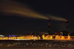 Das Winternachtwärmekraftwerk auf dem Neva-Flussdamm in St Petersburg lizenzfreies stockbild