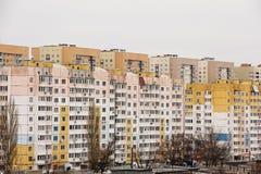 Das Wohngebiet besteht aus Hochhäusern Stockbild