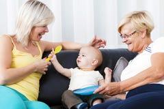 Das Wohnzimmer ist die Mutter des Kindes und der Großmutter. Stockbilder