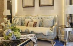 Das Wohnzimmer mit heller Farbe stockbild