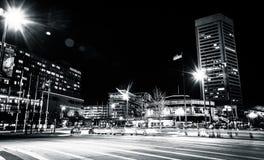 Das World Trade Center und der Verkehr auf heller Straße nachts, herein Stockfotografie
