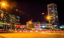 Das World Trade Center und der Verkehr auf heller Straße nachts, herein Stockbild