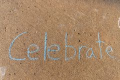 Das Wort Celebrate geschrieben mit Bürgersteigskreide auf grauen Betondeckehintergrund stockbild