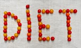 Das Wort DIÄT besteht kleine Tomaten stockfotografie