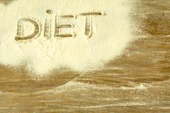 Das Wort ` DIÄT ` geschrieben auf gesiebtes Mehl stockfotografie