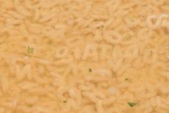 Das Wort diat mit Buchstaben einer Buchstabesuppe in einer Platte lizenzfreies stockbild