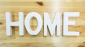 Das Wort Haus auf dem hölzernen Hintergrund Stockfoto