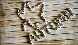 Das Wort ` Herbst ` und ein Ahornblatt bestanden aus weißem, rund, Plastikblöcke auf einer Holzoberfläche Lizenzfreie Stockfotos