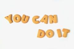 Das Wort KÖNNEN SIE IT TUN, die mit Alphabet geformten Keksen buchstabiert wird Stockfotografie