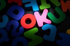 das Wort O.K. geschrieben mit bunten Buchstaben lizenzfreies stockfoto