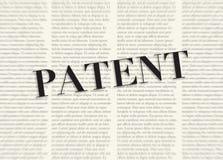 Das Wort PATENT geschrieben und vor unscharfen Textspalten auf Hintergrund der hellgelben Farbe hervorgehoben stock abbildung