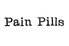 Das Wort ` Schmerz-Pillen ` von einer Schreibmaschine auf Weiß Lizenzfreie Stockfotografie
