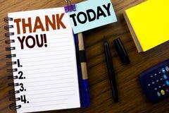 Das Wort, schreibend danken Ihnen Geschäftskonzept für die Dank-Mitteilung geschrieben auf Buchbriefpapier auf dem hölzernen Hint Lizenzfreie Stockfotos