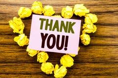 Das Wort, schreibend danken Ihnen Geschäftskonzept für die Dank-Mitteilung geschrieben auf klebriges Briefpapier auf dem hölzerne Lizenzfreies Stockbild