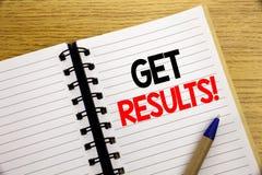 Das Wort, schreibend erhalten Ergebnisse Geschäftskonzept für Achieve Ergebnis geschrieben auf Notizblock mit Kopienraum auf alte Stockfotografie
