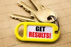 Das Wort, schreibend erhalten Ergebnisse Geschäftskonzept für Achieve Ergebnis oben geschrieben auf Schlüsselhalter, strukturiert Lizenzfreie Stockfotos