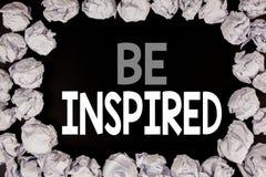 Das Wort, schreibend wird angespornt Geschäftskonzept für Inspiration und Motivation geschrieben auf schwarzen Hintergrund mit Ko stockbild