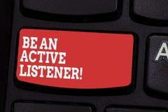 Das Wort, das Text schreibt, ist ein aktiver Zuhörer Geschäftskonzept zu Lohnhänden von, welcher Vertretung zu Ihnen sagen, ist a lizenzfreie stockfotos