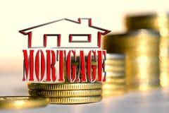 Das Wort u. das x22; mortgage& x22; im Hintergrund die Spalten von Münzen Lizenzfreies Stockfoto
