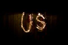 Das Wort US in den Wunderkerzen als Teil des Unabhängigkeitstags Lizenzfreies Stockfoto